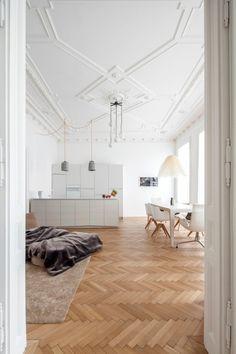 In der HM Wohnung in Wien gibt es eine moderne Küche in Weiß