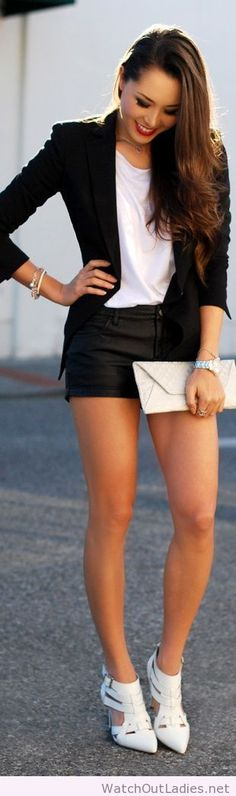 Outfit Ideas on How to Wear Leather Shorts There are two types of shorts that I consider being the. Mode Outfits, Short Outfits, Fall Outfits, Look Blazer, Blazer And Shorts, Leather Shorts, Black Shorts, Dressy Shorts, Sexy Shorts