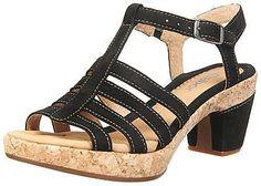 Diese Gabor Komfort Sandaletten haben ein ledernes Obermaterial mit Details im Metallic-Look und die Sohle besteht aus einer spannenden Kombination von Leder und Kork. Am Einstieg besitzt der Schuh einen elastischen Anteil, sodass ein hoher Komfort gewährleistet werden kann. - Verschluss: Schnalle - Absatzart: Block - Absatzhöhe: 7 cm - Plateau: 2 cm - Schuh-Weite: G Obermaterial: Leder Futt...