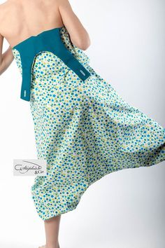 sarouel overall combi sarouel tutorial tutorial modell diy kinderbett Sewing Clothes, Diy Clothes, Little Girl Dresses, Girls Dresses, Vetements Shoes, Dress Patterns, Sewing Patterns, Sewing Online, Boutonniere