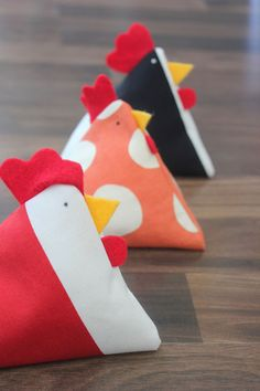 Chicken Bean Bag tutorial - These are adorable, and EASY! Gonna make a bean bag toss game for the great-grands. Sewing Toys, Sewing Crafts, Sewing Projects, Craft Projects, Diy Crafts, Bags Sewing, Sewing Notions, Sewing Hacks, Sewing Tutorials