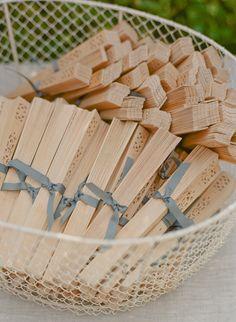 Leque em casamento de verão dentro de uma cesta. Foto: Kate Headley Photography.