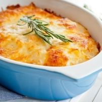 Zuurkoolschotel Met Appeltjes En Creme Fraiche recept | Smulweb.nl Pasta, Carne, Mashed Potatoes, Lasagna, Macaroni And Cheese, Ethnic Recipes, Food, Creme Fraiche, Chef