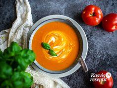 Ruhtinaallinen tomaattikeitto missä on inkivääriä, kurkumaa ja chiliä. Thai Red Curry, Pudding, Ethnic Recipes, Desserts, Food, Tailgate Desserts, Deserts, Custard Pudding, Essen
