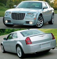 Chrysler 300C SRT8 (2005) #tbt Quinta-feira é dia de relembrar os clássicos! O sedã full size da Chrysler ficava ainda mais nervoso nessa versão esportiva SRT8. O 300 foi lançado em 2004 como modelo 2005 oferecendo tração traseira e luxo a um preço em conta para os padrões americanos num projeto assinado pelo designer Ralph Gilles.  A versão de performance SRT8 foi apresentada no Pebble Beach Concours d'Elegance de 2004. Era equipada com motor 6.1 HEMI V8 de 425 cavalos. e 569 Nm de torque…