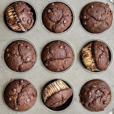 Víte, jak se dělají muffiny a co to je? Ukážeme vám, jak si udělat ty nejlepší domácí muffiny doma a jaké druhy si můžete přichystat. Cookies, Chocolate, Desserts, Food, Crack Crackers, Tailgate Desserts, Deserts, Biscuits, Essen