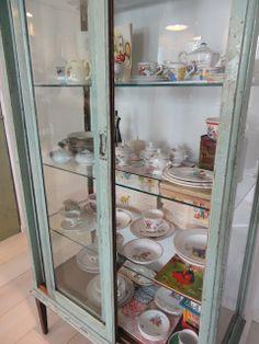Mi vitrina de farmacia.... Shabby, Dream Bedroom, Visual Merchandising, China Cabinet, Diy Furniture, Repurposed, Cupboards, Cabinets, Restaurant