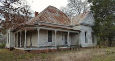 An old house where my cousin's once lived, and we played on the porch. Taken on a cloudy, lonely day in Thomaston, Alabama, USA. Old Abandoned Buildings, Abandoned Mansions, Old Buildings, Abandoned Places, Haunted Places, Modern Buildings, Architecture Old, Classical Architecture, Old Farm Houses