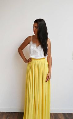 bohemian chic look Source by meninaformathis Bohemian Chic Fashion, Bohemian Skirt, Bohemian Style, Hippie Chic, Long Maxi Skirts, Summer Skirts, Bridesmaid Skirts, Pastel Yellow, High Waisted Skirt