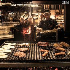 #MitooRealidad | ¿Para un asado debemos salar la carne el día anterior? ¡FALSO! Decir esto y hacerlo, es una mala idea porque la sal es un deshidratante natural que si se pone antes de tiempo, absorberá los jugos de la carne. Encuentre este y más mitos, secretos y consejos de la buena parrilla en nuestra más reciente edición. #CocinaSemana #EscuelaCulinaria #Parrilla #Asado #Mitos #Carne