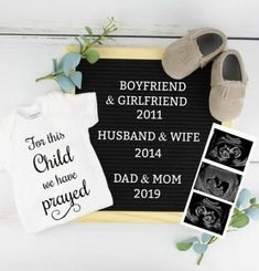 Trendy Baby Announcement Pictures First - Pregnancy Announcement Inspi. - List of the most beautiful baby products First Pregnancy Announcements, Baby Announcement To Parents, Pregnancy Announcement Photos, Baby Onesie Announcement, Creative Baby Announcements, Baby Surprise Announcement, Pregnancy Reveal Photos, Unique Baby Announcement, Sibling Photos