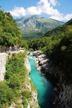 De rivier bij Kobarid, Slovenië. Prachtig! Zie voor meer inspiratie blog.sunnycars.nl/
