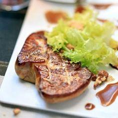 Foie Gras poêlé sauce Expresso et Vinaigre de Xérès sur salade frisée et noix
