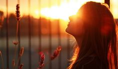 """Gratidão não é moda. Gratidão não é um """"jogo do contente"""", e nem mimimi de gente chata. Gratidão é gentileza, com você e com o outro. Gratidão é um estado da alma de quem descobriu que pode ser mais feliz, mais completo e mais pleno. Gratidão é ver mais longe, é ficar feliz pela felicidade alheia, é dividir e respeitar os espaços (os seus e os dos outros). Gratidão é paz de espírito, é um sossego da alma. Gratidão é prática, é exercício de quem decidiu se reconectar consigo mesmo e com sua…"""
