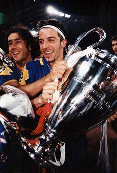 Alex e Paulo Sousa con la Coppa dei Campioni