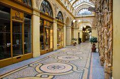 La Galerie Vivienne : les mosaïques du sol avec fond en terrazzo, sont signées Giandomenico Facchina et Mazzioli.