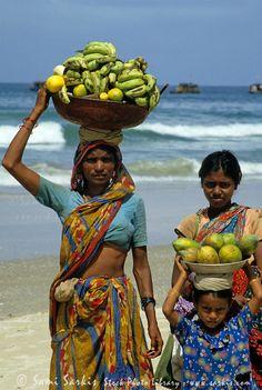 Fruit sellers, Colva Beach, Goa, India, 1985. Ришикеш, Варанаси, Гоа Индия, Индийцы, Невероятная Индия, Уличная Еда, Ветряные Мельницы, Мировые Культуры, Африканское Искусство