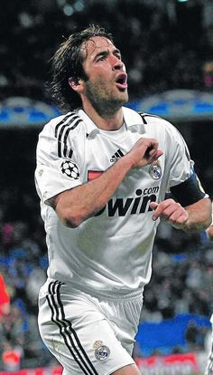 """Raúl González Blanco, the great captain of Real Madrid for many years. When he played in Germany, fans called him """"Her Raul"""" Real Madrid Football Club, Football Is Life, World Football, Football Soccer, Soccer Tips, Nike Soccer, Soccer Cleats, Solo Soccer, Messi Soccer"""