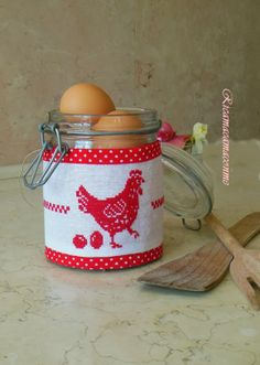 La gallina cocodè Cross Stitch Kitchen, Cross Stitch Finishing, Chickens And Roosters, Quilt Stitching, Coq, Le Point, Happy Easter, Cross Stitch Embroidery, Needlepoint