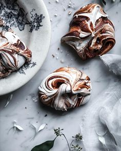 Made myself a little treat on this gloomy day ✨ Other than that, I'm mostly watching movies in bed, drinking coffee and wine, playing board games and just taking it as easy as I possibly can (it's a challenge!). What are you doing these days? (Find the recipe for these chocolate swirl meringues through the link in my profile)