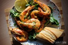 Shrimps are perfect in any form. King prawns are ideally combined with aromatic garlic butter and parsley. You can serve them with a crispy baguette and drink cooled white wine.