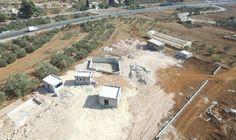 Vulnerando los Acuerdos de Oslo, se han detectado nuevas construcciones ilegales de colonos palestinos en la zona C de Judea y Samaria. El complejo está situado en la región de Binyamin, en las afu…