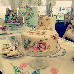 Beautiful painted cake, very chintzy! #vintagecake #vintage #cake : I would have loved this for my rustic vintage wedding. Would be great for a garden wedding, too. ~NM