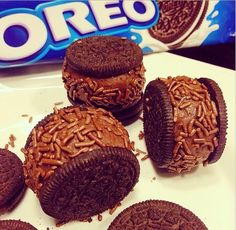 For those who love Oreo . What about eat your Oreo with your favorite brigadeiro. Sweet Recipes, Cake Recipes, Dessert Recipes, Oreos, Food Wishes, My Best Recipe, Arabic Food, Mini Desserts, Clean Eating Snacks