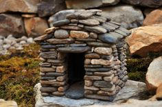 How To Build A Miniature Stone House -StoneworkbyStephens. Perfect fairy house for the garden. Fairy Garden Houses, Gnome Garden, Fairy Gardening, Diy Fairy House, Garden Art, Diy Jardim, Miniature Zen Garden, Miniature Gardens, Fairy Village