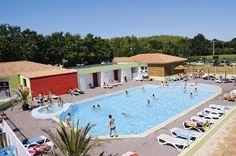 Camping L'Evasion. Een prettige, rustige 4-sterrencamping op een paar kilometer van de goudgele stranden van de Vendée.    Er is een uniek, groot nieuw openluchtzwembad met een zandstrand (ca. 2000 m²), een tweede openluchtzwembad en een overdekt zwembad met bubbelbad. Voor de kinderen is er een kinderzwembad. Camping L'Evasion is een prima, rustig gelegen camping en toch op maar een paar kilometer van de prachtige stranden van de Vendée.  Officiële categorie ****