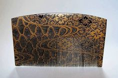 """Outstanding ornamental comb from Japan. Late Edo Dynasty. Made of tortoise shell, which has been lacquered all over and then decorated with gold (before the lacquer totally hardened) employing the so-called """"makie-e"""" technique, demanding great virtuosity. The comb is 11 cm wide and some 3 mm thick - so quite large. As well, it has been decorated in identical fashion on both sides"""