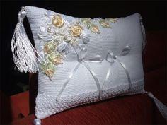 Porta-alianças ELEGANCE champanhe Designer Sayuri Murakami momoartesanatos@gmail.com momoartesanatosbrasil.blogspot.com momoartesanatos.elo7.com.br Rio de Janeiro - RJ - Brasil