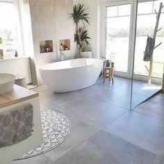 Unser Badezimmer 🛁 Eigens geplant und umgesetzt und sehr stolz drauf! Heute liebe ich die Vorwand mit integrierter Beleuchtung hinter der…
