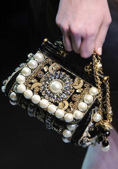 Dolce & Gabbana. Precioso este bolso joya!!
