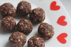 Suikervrij snoep; dadel cacao balletjes. Veel variaties mogelijk met diverse noten, pitten en kokos! Natuurlijk nog wel veel natuurlijke suikers.