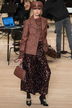 Chanel Pre-Fall 2018 by Karl Lagerfeld Chanel Fashion, Runway Fashion, Fashion News, Fashion Outfits, Womens Fashion, Fashion Trends, Autumn Fashion 2018, Fashion Show Collection, Mannequins