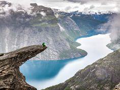 H Trolltunga (που πολύ εύστοχα δημιουργήθηκε από το Troll's Tongue) είναι ένα από τα πολλά παραδείγματά της αλλόκοτης ομορφιάς της Νορβηγίας. Είναι μία φυσική προεξοχή του βουνού που βρίσκεται  700 περίπου μέτρα πάνω από τη λίμνη Ringedalsvatnet και χαρίζει στους τολμηρούς που θα σταθούν στην άκρη της μία αξέχαστη εμπειρία.