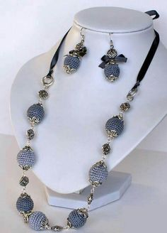 There are cubic zirconia beads and a pair of the same materials from Crochet Beaded Necklace, Bead Crochet, Beaded Jewelry, Handmade Jewelry, Jewelry Necklaces, Bracelets, Trendy Necklaces, Beautiful Necklaces, Jewelry Model