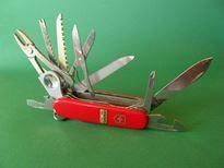 BHP z nożem - bezpieczna praca z narzędziami ostrymi, jak noże, scyzoryki, noże specjalistyczne. Efekty nieprzestrzegania zasad BHP przy pracy z nożem - urazy dłoni i inne następstwa.