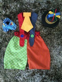 Fantasia de palhaço para bebês. <br>Acompanha cartola de EVA, gravata com ajuste de amarrar e sapatinho de tecido com tecido antiderrapante na sola. <br>Tamanho 1 ano padrão. Tem elásticos na cintura e alças, que faz com que sirva em qualquer bebê de 1 ano (exceto bebês muito maiores ou muito menores que o normal). <br>No anúncio, há 2 combinações de cores. Você pode escolher! <br> <br>Ao comprar, informe suas preferências e a data da festa. Carnival Birthday, Birthday Party Themes, Adult Costumes, Halloween Costumes, Baby E, Circus Party, Waldorf Dolls, Baby Decor, Sewing For Kids