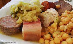Cocido Madrileño-Como su nombre lo dice, es uno de los platos más típicos de Madrid, cuyo principal ingrediente es garbanzos, pero también tiene la salchicha, pollo, caldo, las papas, acelgas, judías verdes, col, entre otros ingredientes.
