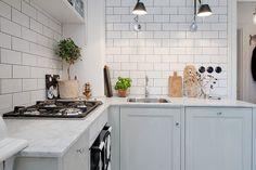 carrelage métro blanc en tant que crédence de cuisine moderne et classe