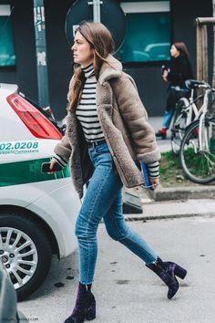 Suéter de gola alta listrado, casaco cinza, calça jeans com barra desfiada, ankle boot, bota de veludo