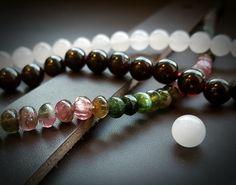 Wear Clint - Tuigleren armbanden combineren met armbanden van edelstenen. Beaded Bracelets, How To Wear, Pearl Bracelets, Seed Bead Bracelets, Pearl Bracelet