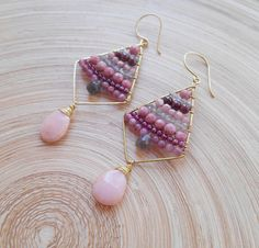 A gathering of gemstones in sweet, romantic colors catches the eye on these Rhea beaded kite hoop drop earrings. A pair of unique wire wrapped earrings that will bring a sweet blush of color to your day. *Total height (including earwires):8,00 cm (3.15 inches) *Width:3,00 cm (1.18
