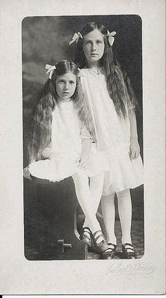 Two Sisters (by Two Sisters, Little Sisters, Little Girls, Antique Photos, Vintage Photographs, Vintage Photos, Vintage Twins, Vintage Children, Old Pictures