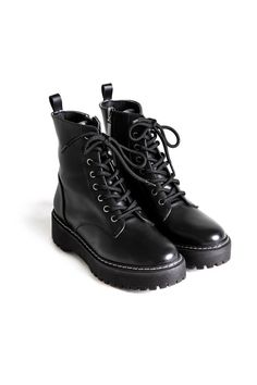 Sneakers Fashion, Fashion Shoes, Fashion Fashion, Shoes Sneakers, Shoe Boots, Ankle Boots, Sock Shoes, Aesthetic Shoes, Hype Shoes