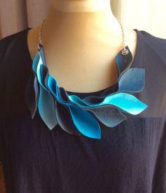 Collier mi long en cuir, différents bleus, et noir, par marie-j-creations : Collier par marie-j-creations