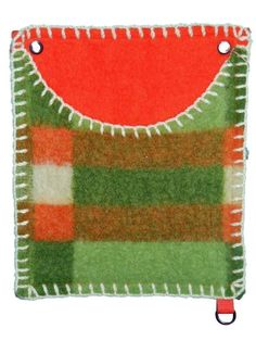 Originele wandzak om spullen in op te bergen. Deze wandzak is gemaakt van oude wollen dekens door mensen met een arbeidsbeperking. Ideaal om aan de...