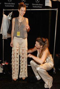 Backstage Mercedes Benz Fashion Week New York! Crochet Pants, Crochet Skirts, Knit Pants, Crochet Clothes, Crochet Lace, Diy Clothes, Fashion Pants, Diy Fashion, Miami Fashion